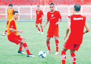 BADRI Radzi (Ketua Pasukan Kelantan, dua dari kanan) menjadi harapan untuk menyekat jentera serangan Selangor apabila kedua-dua pasukan bertemu pada perlawanan akhir Piala FA, esok. - UTUSAN